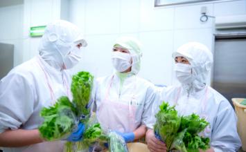 調理中の従業員たち