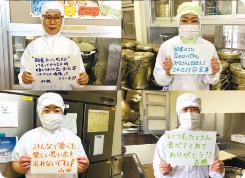 トマトを持つ女性従業員