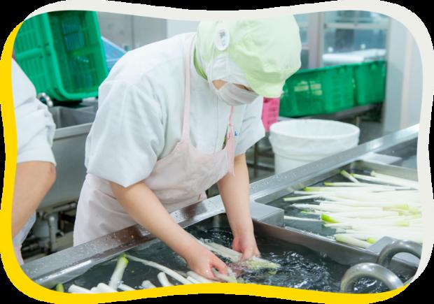 食材を洗う従業員