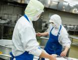調理中の従業員