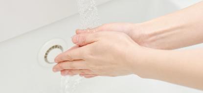 手を洗っている画像